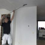 plafond schuren met schuurgaas voor het latex spuiten